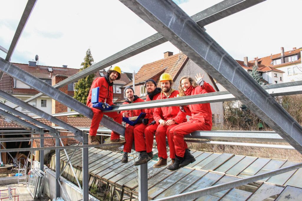 Francesco und Team Watertuun - klassisch beim Mittagessen auf dem Stahlgerüst.